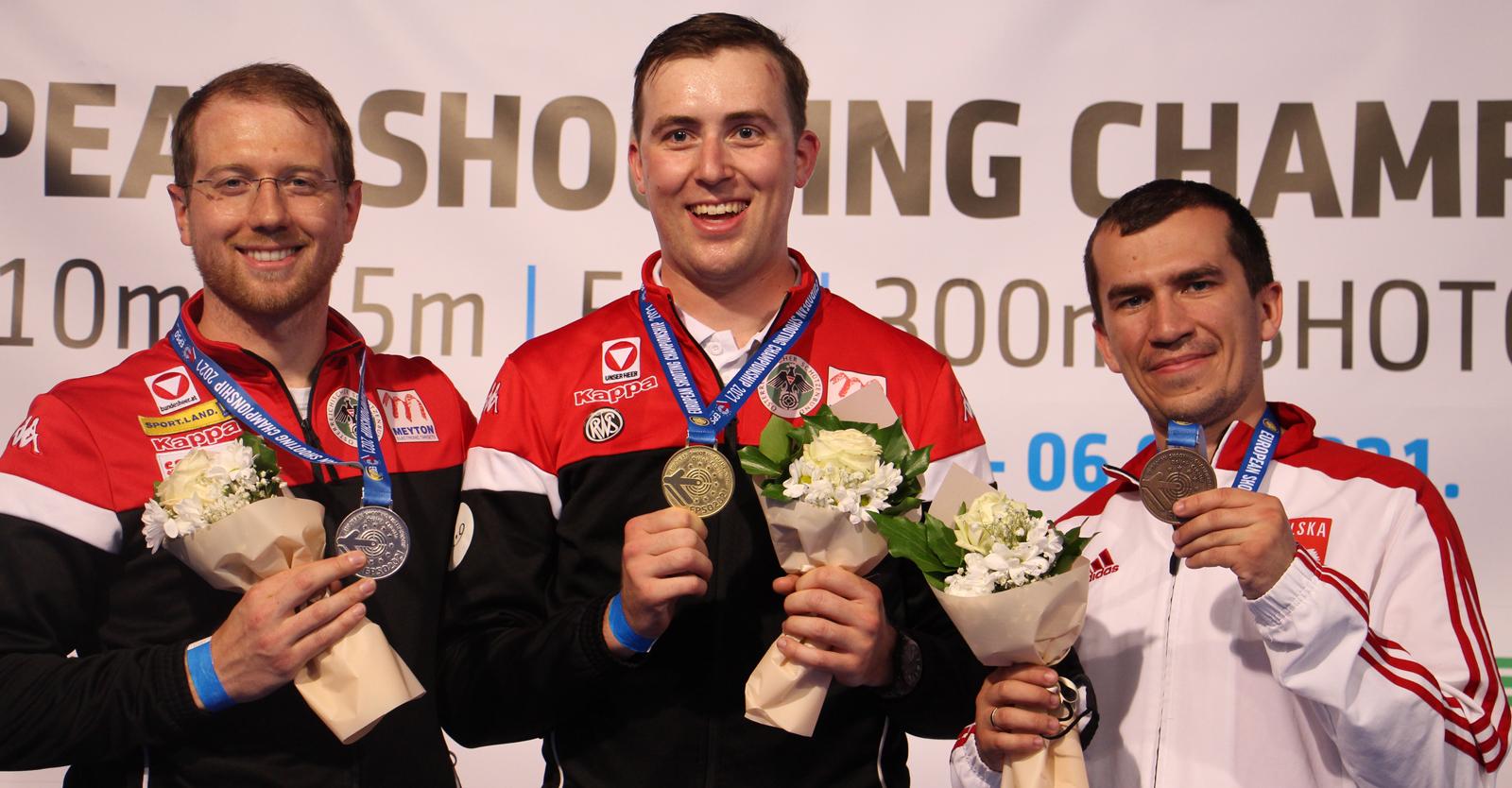 Gernot Rumpler (Mitte) und Bernhard Pickl beschließen das Dreistellungsmatch mit dem 300m-Standardgewehr ringgleich und holen zwei weitere Medaillen für Österreich © Margit Melmer, ÖSB