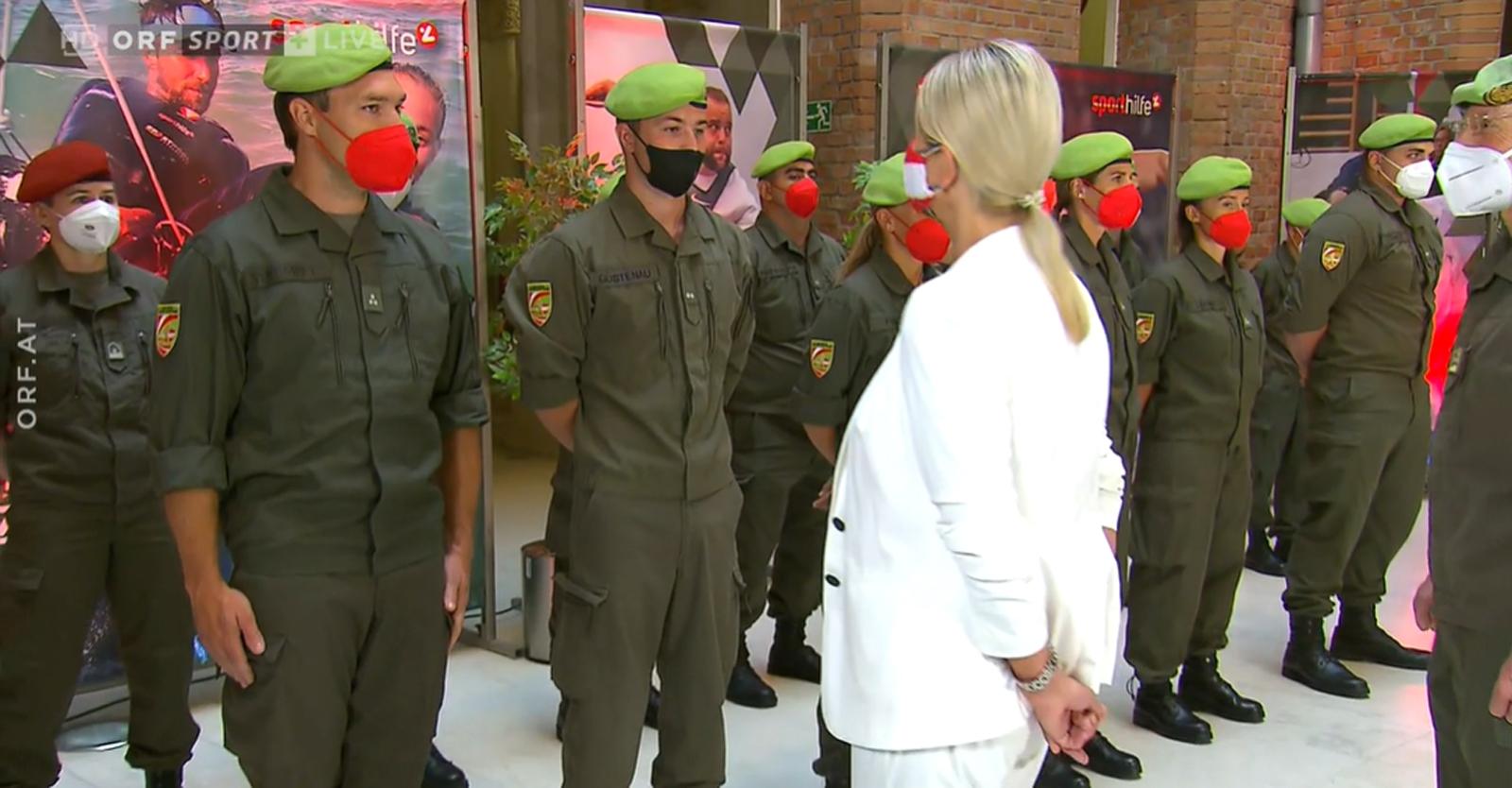 Slvia Steiner und Martin Strempfl bei der Verabschiedung durch die Bundesministerin für Landesverteidigung, Klaudia Tanner © ORF