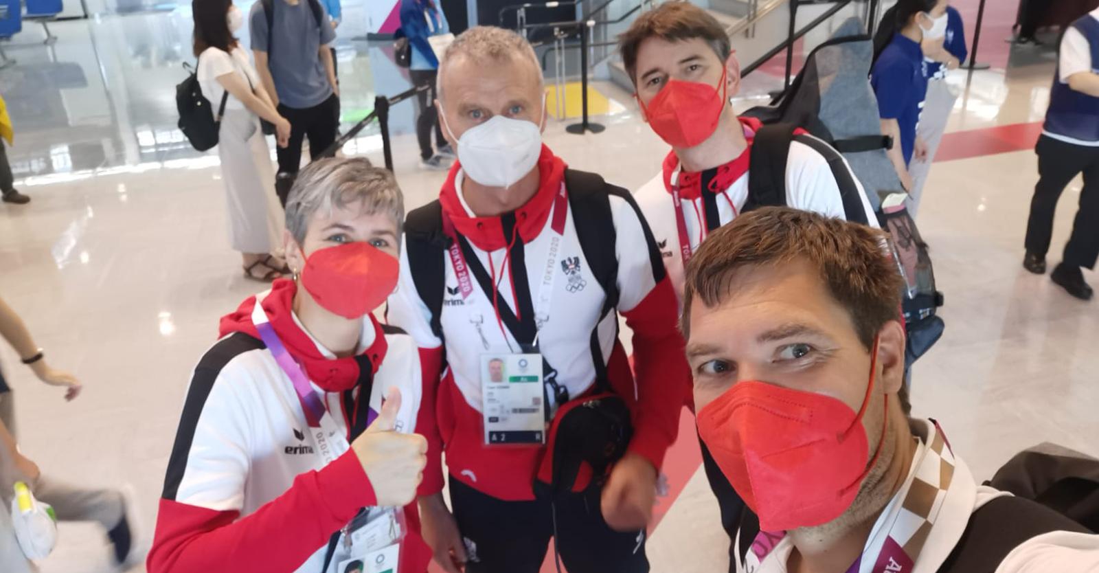 Sylvia Steiner, Franz Steiner, Wolfram Waibel und Martin Strempfl nach ihrer Landung am Flughafen in Tokio