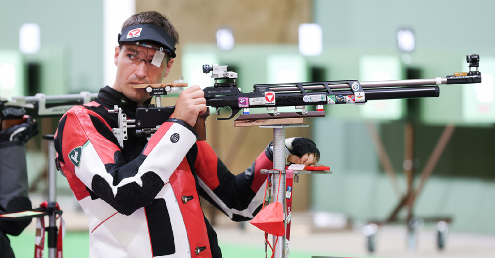 Luftgewehrschütze Martin Strempfl in seinem ersten olympischen Bewerb in der Asaka Shooting Range in Tokio © ÖOC/GEPA
