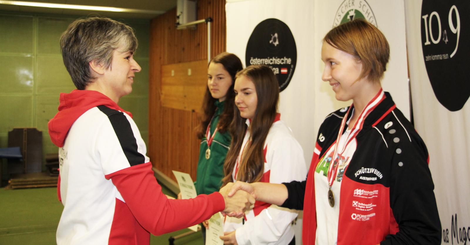 Ein Highlight für den ÖSB-Nachwuchs war die Siegerehrung: Die Medaillen und RWS-Munition überreichte Olympiastarterin Sylvia Steiner © Manfred Kopitar