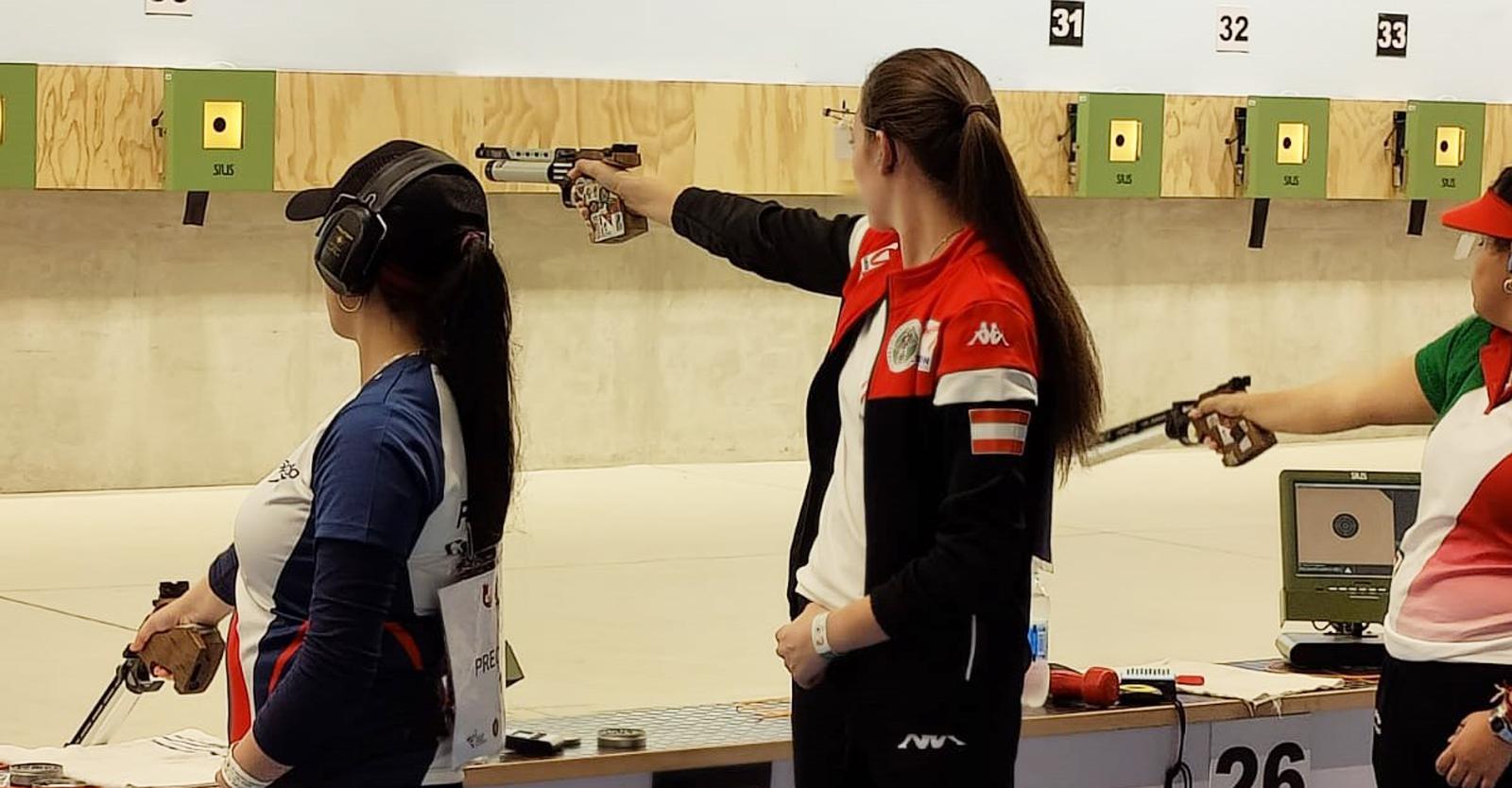 Corina Gosch mit der vom US-Team freundlicherweise geliehenen Luftpistole © Franz Roth, ÖSB